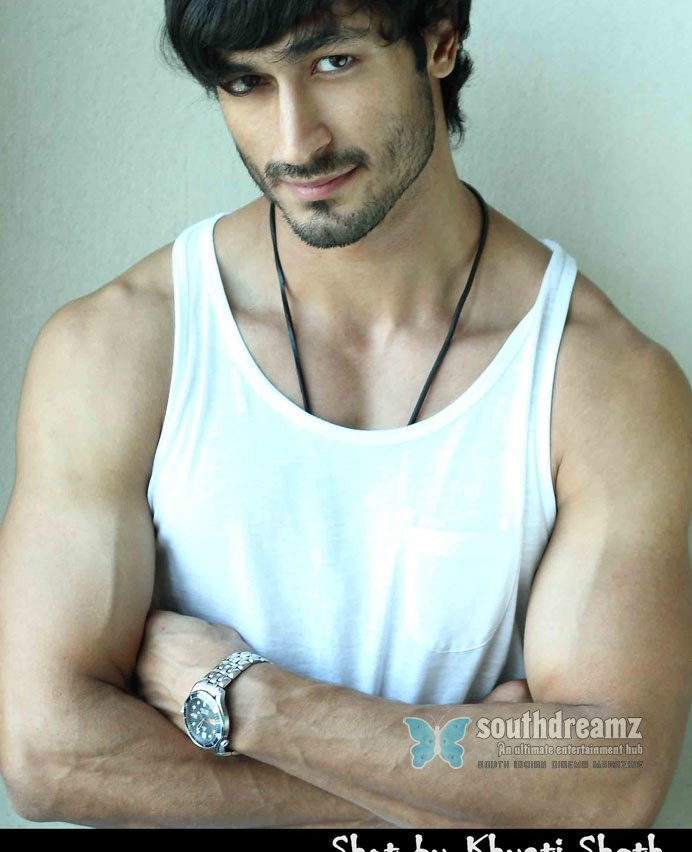 Download bollywood actor vidyut jamwal portfolio stills 3