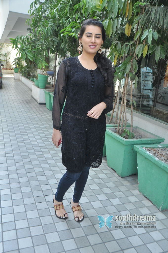 Cute telugu actress archana stills 18