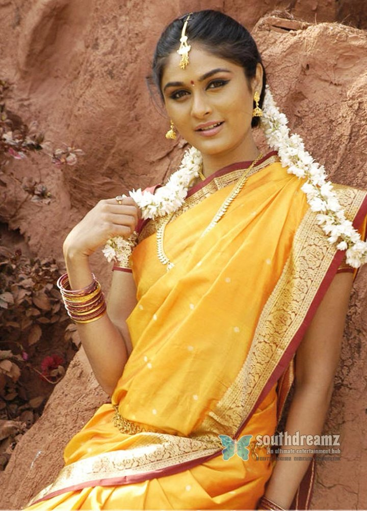Actress biyanka in yellow saree pics 36