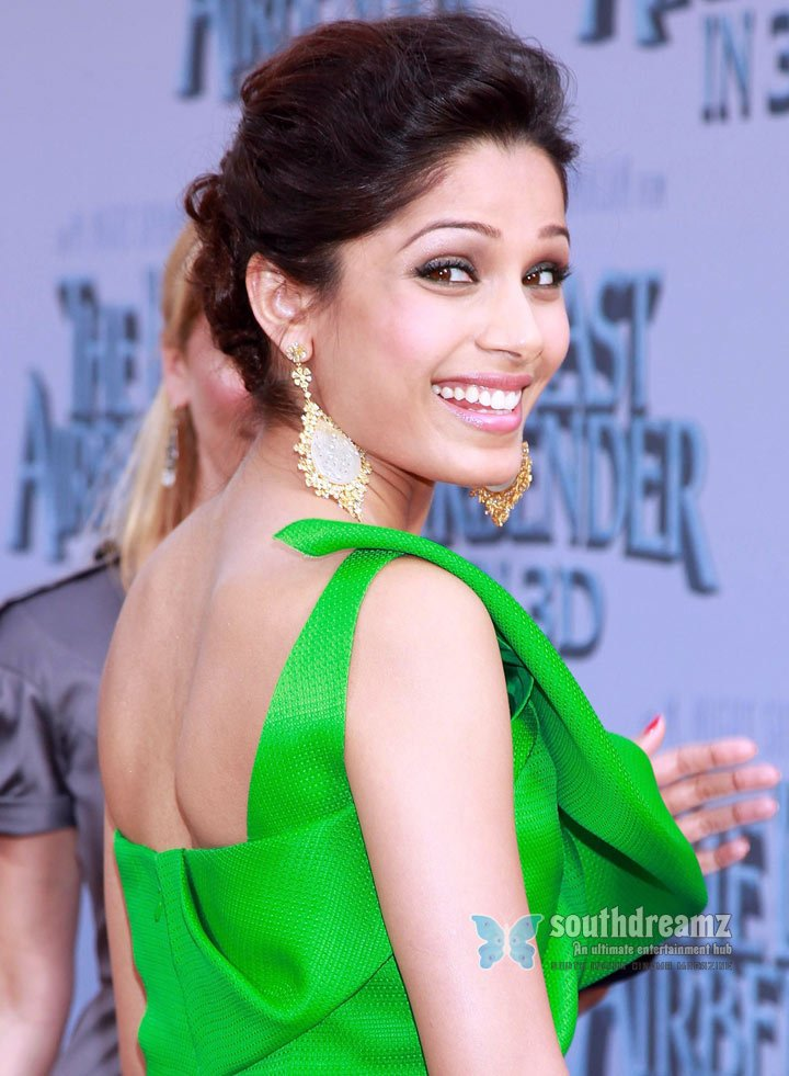 Freida pinto attends the last airbender premiere 7